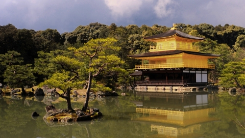Kinkaku-ji_(-Temple_of_the_Golden_Pavilion-)_seen_across_Kyōko-chi_(Mirror_Pond)._Kita-ku,_Kyoto