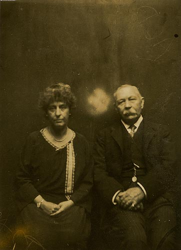 1920-jean-and-arthur-conan-doyle-on-spirit-photography